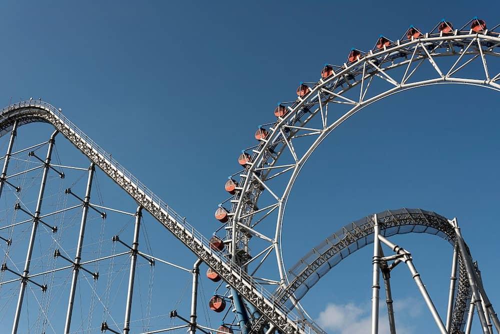 Mga boss ng amusement park, nag-demo ng tamang pagsakay sa rollercoaster sa 'new normal'