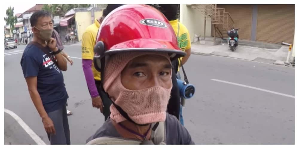 Motoristang mali ang gamit na helmet, 'hinuli' para bigyan ng bago