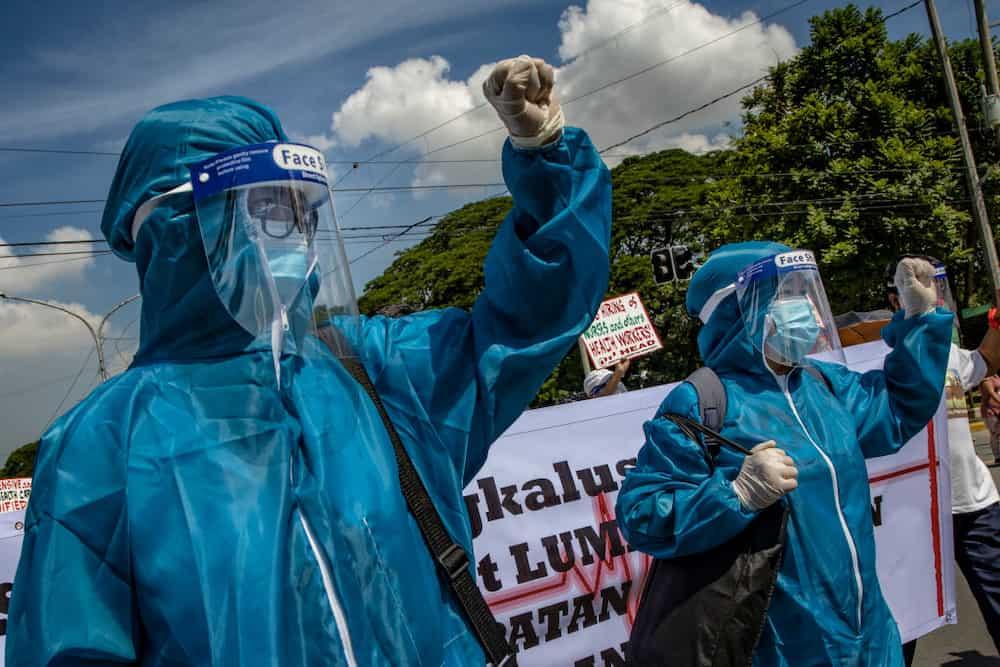 'Isang mahigpit na yakap sa'yo': Tula ng health worker para sa kapwa frontliners, viral na