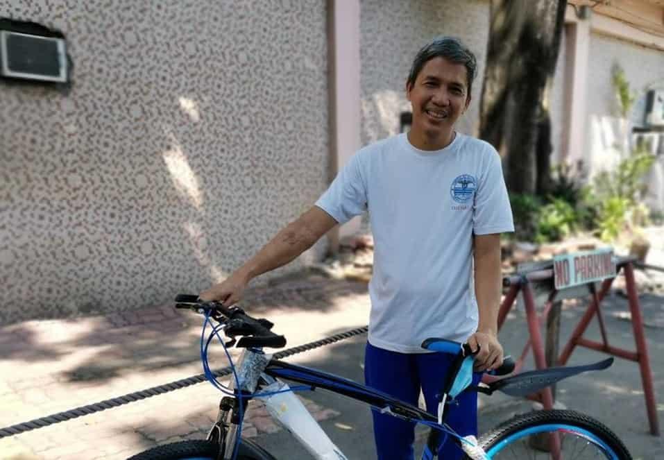 Isang frontliner, masaya nang mabigyan ng libreng bike para makapasok sa ospital