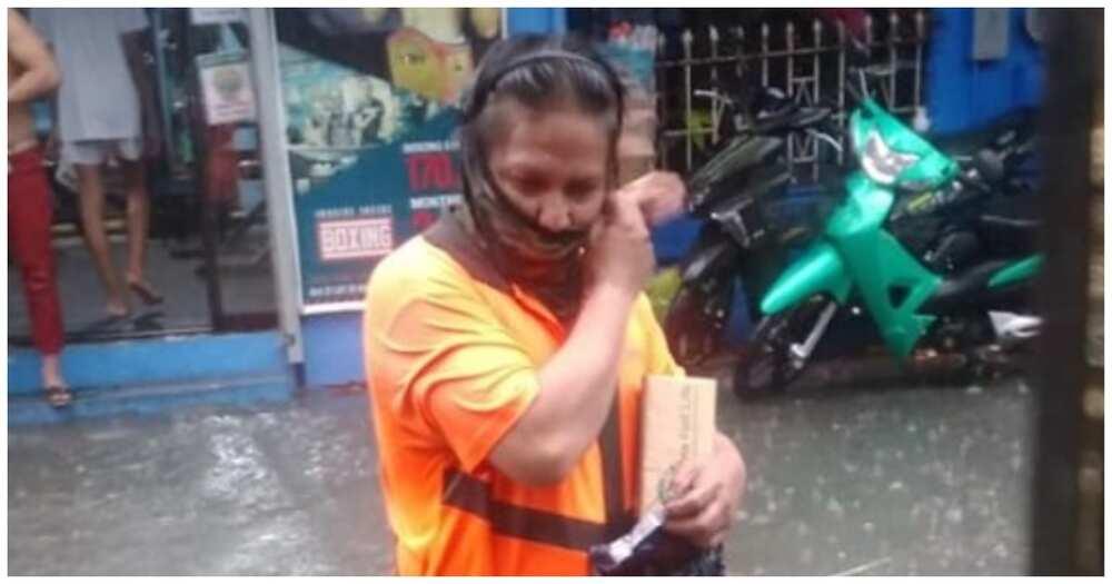 Delivery rider na lumusong ng hanggang tuhod na baha para maihatid ang order, hinangaan