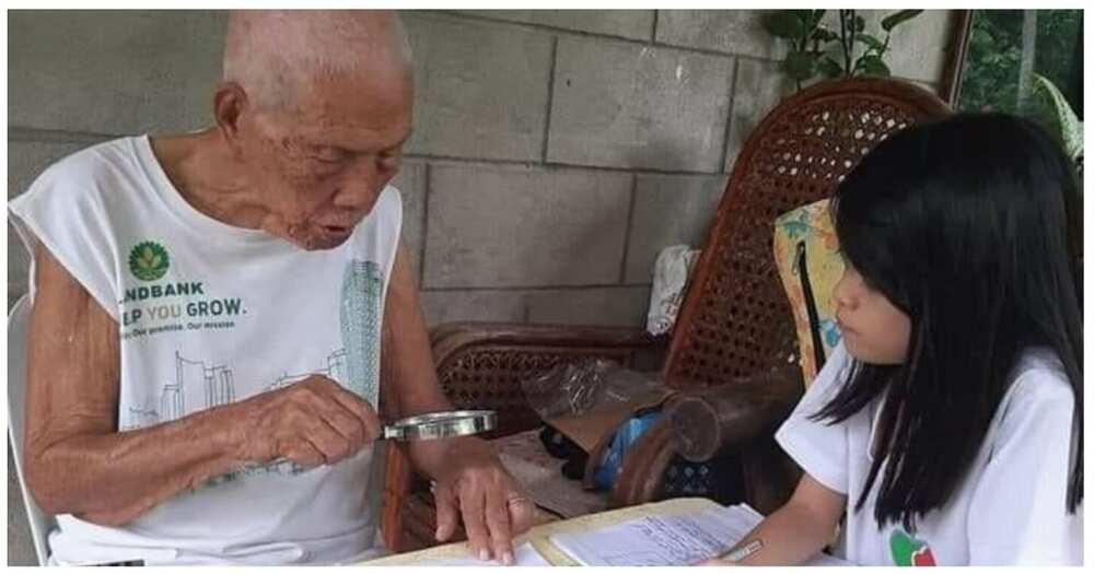 93-anyos na lolo, matiyagang tinuturuan ang mga apo kahit pa naka-magnifying glass