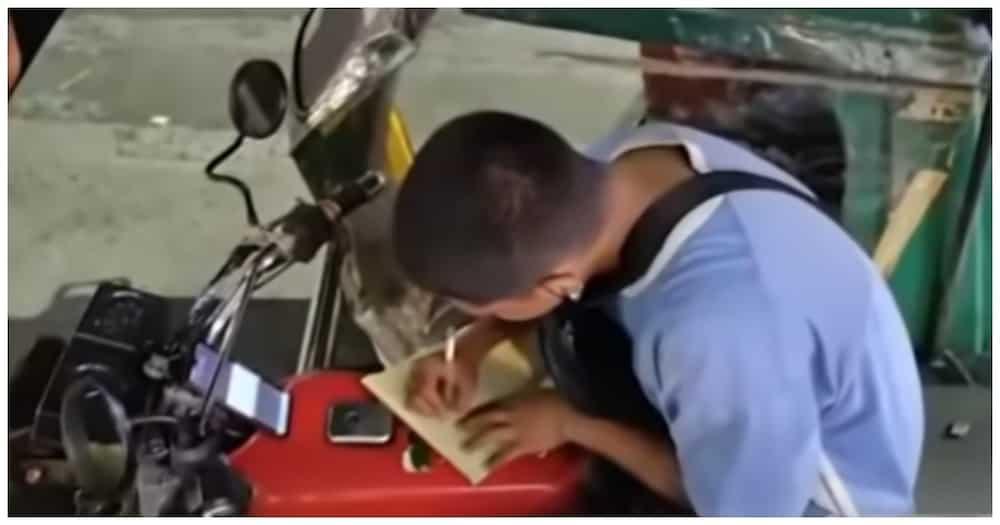 Tricycle driver na naisisingit ang online class sa pamamasada, hinangaan