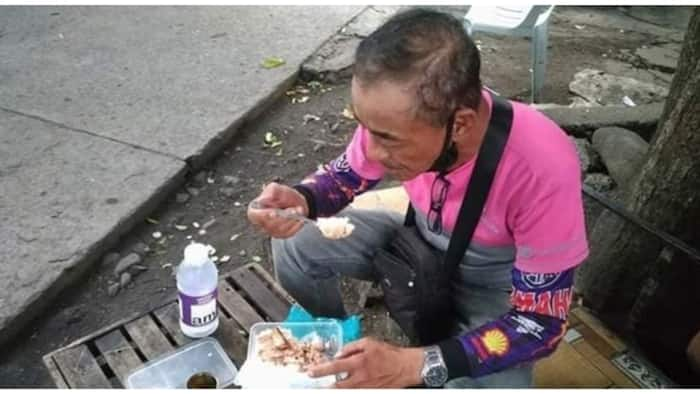 Food delivery man na sardinas ang kinakain, pumukaw sa atensyon ng netizens