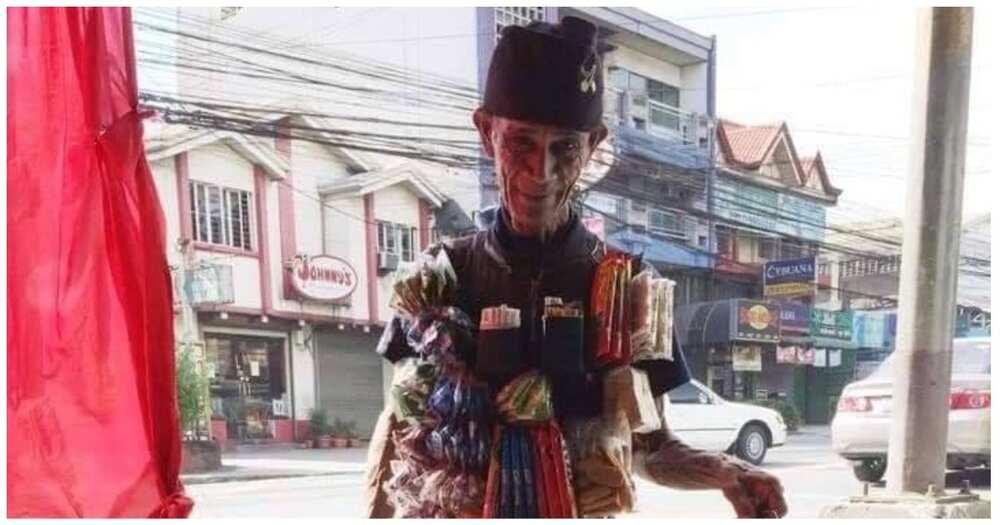 Lolo na ang paninda ay nakasabit sa katawan, natulungan ng mga netizens