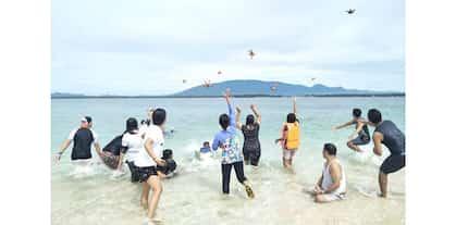 Anyare sa good example? Mga guro, pinaghahagis mga starfish sa isang beach sa Palawan