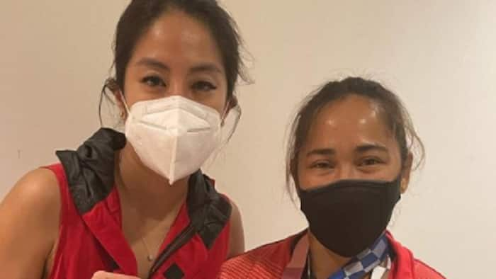 Gretchen Ho shows close-up of Hidilyn Diaz's Olympic Gold Medal