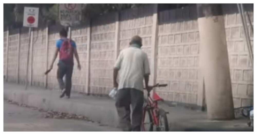 70-anyos na nasiraan ng bike papasok sa trabaho, natulungan ng nagmalasakit na motorista